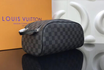 Tổng hợp 6 mẫu ví cầm tay nam Louis Vuitton đang gây sốt giới trẻ hiện nay