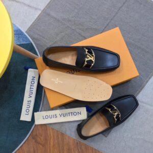 Giày lười Louis Vuitton Like Auth da lỳ mặt khóa vàng màu đen GLLV69