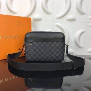 Túi đeo chéo nam Louis Vuitton like au màu đen dáng hộp TNLV11