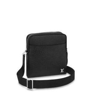 Túi đeo chéo nam Louis Vuitton like au màu đen da sần dáng ngang logo góc TNLV29